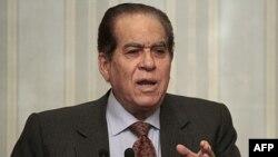 Thủ tướng Ai Cập Kamal al-Ganzouri phát biểu trong 1 cuộc họp báo tại trụ sở nội các ở Cairo, 8/2/2012