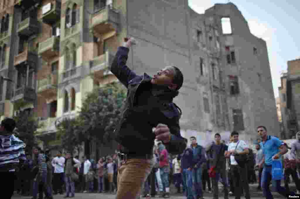 Los manifestantes han regresado a las calles de El Cairo para oponerse al decreto del presidente Morsi.