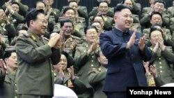 지난해 4월 15일 김일성 생일을 맞아 열린 군사학교 간 교직원 체육경기가 열린 가운데, 최룡해 군 총정치국장(왼쪽)이 김정은 국방위원회 제1위원장과 함께 관람하고 있다. (자료사진)