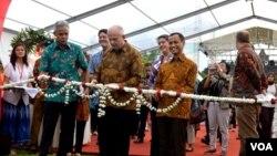 """Duta Besar Amerika di Indonensia Joseph R Donovan, Jr (tengah) didampingi Gubernur Jawa Tengah Ganjar Pranowo (kiri) dan Dirjen Pengendalian dan Pencegahan Penyakit Kemenkes Anung Sugihantono, menggunting buntal menandai pembukaan pameran """"A Story of Hope"""
