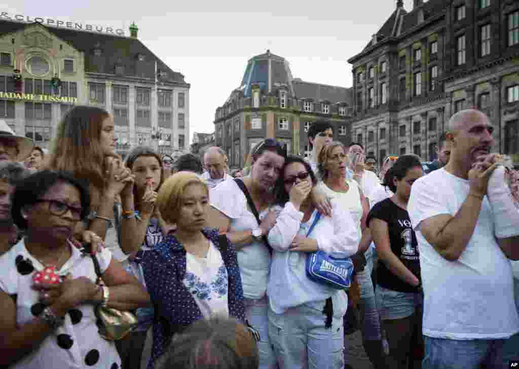 People attend a silent remembrance for the victimsin the downing of Malaysia Airlines Flight MH17, in Amsterdam, July 23, 2014.