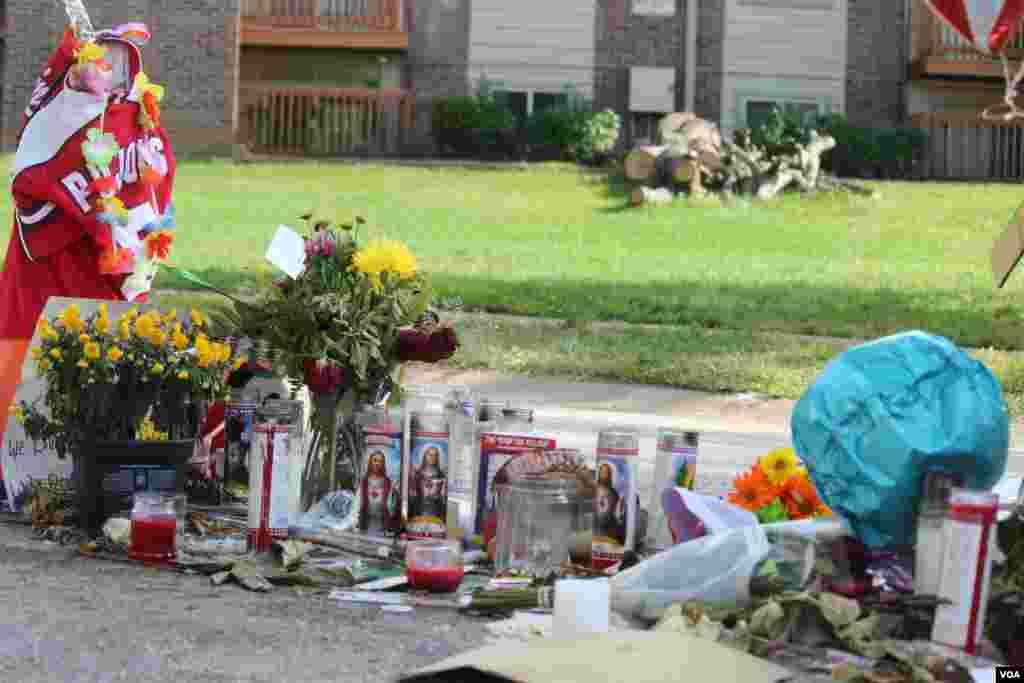 Los recuerdos para honrrar al joven Michael Brown se encuentran justo en la calle en donde murió, luego de enfrentarse con el agente de la policía de Ferguson, Darren Wilson, así como es distintos puntos de la calle Canfield Dr. [Foto: Gesell Tobias, VOA]