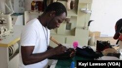 Idrissa Souley, artisan cordonnier, au Togo, le 1 juin 2018. (VOA/Kayi Lawson)