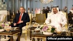 Le roi Salman Bin Abdul Aziz, à droite, avec le Premier ministre Muhammad Nawaz Sharif au palais royal de Jeddah, Arabie saoudite, 12 juin 2017.