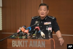 Kepala Kepolisian Nasional Malaysia Abdul Hamid Bador berbicara dalam konferensi pers di Markas Besar Kepolisian di Kuala Lumpur, Malaysia, Jumat, 10 Juli 2020.