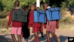 Estudantes zimbabueanos à caminho da escola