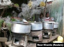 Para perempuan duduk di samping kompor memasak di permukiman kumuh Kibera di ibu kota Kenya, Nairobi, 8 Juni 2009. (Foto: REUTERS/Noor Khamis)