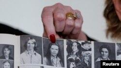 Bà Beverly Young Nelson chỉ vào bức ảnh thời bà còn là một nữ sinh trung học sau khi tố cáo ứng viên nghị sĩ Đảng Cộng hòa Roy Moore quấy nhiễu tình dục khi bà mới lên 16. Ảnh chụp ở New York, ngày 13/11/2017.