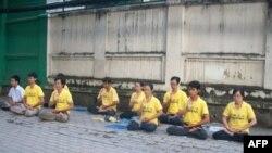 Học viên Pháp Luân Công tọa thiền trước Lãnh sự quán Trung Quốc ở Sài Gòn, ngày 16/10/2011