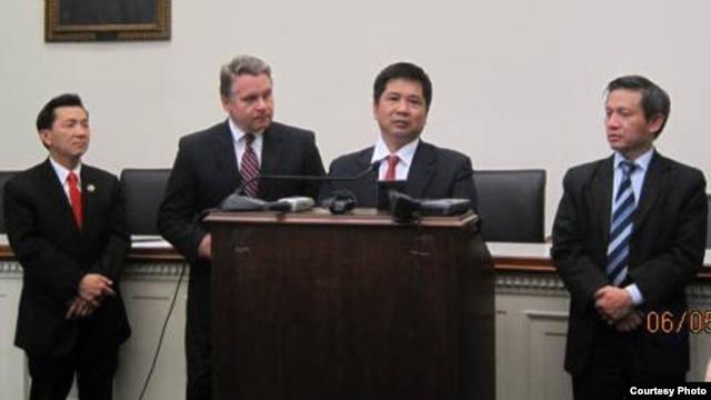 Tiến sĩ luật Cù Huy Hà Vũ phát biểu trong cuộc họp báo hôm 6/5 tại trụ sở Quốc hội Mỹ.