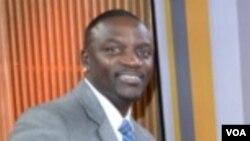 Le rappeur américano-sénégalais Akon aux studios de VOA à Washington, 9 février 2016.