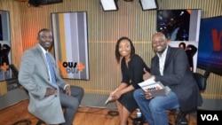 Akon with hosts Anasthasie Tudieshe and Roger Muntu (R)
