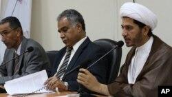 Shaikh Ali Salman (kanan), Sekjen kelompok politik Al Wifaq, dalam sebuah konferensi pers di Bahrain (foto: dok).
