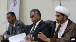 Para pemimpin oposisi (dari kiri) Mahmood al-Rajab, Radhi Mohsen al-Mosawi dan Sheikh Ali Salman berbicara dalam sebuah jumpa pers di Umm Al Hassam, Bahrain, 15/2/2012.