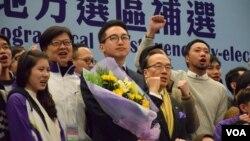 公民黨主席余若薇(左二)、黨魁梁家傑(右二)等多位成員祝賀楊岳橋當選。(美國之音湯惠芸攝)