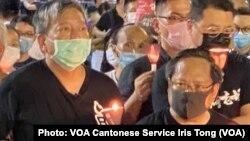 香港支聯會主席李卓人(左)表示,數以萬計香港人在警方反對下,仍然參與維園六四31周年燭光集會,反映香港人心不死、燭光不滅,延續30年的維園燭光之海在香港人心中有特別的象徵意義 (攝影:美國之音湯惠芸)