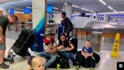 Семья Марины во время пересадки в аэропорту Лос-Анджелеса (фото: Марина Мур)