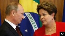 ولادیمیر پوتین، رئیس جمهوری روسیه، در حال گفتگو با ريلما روسف، رئیس جمهوری برزیل، در مراسم امضای قرارداد در کاخ ریاست جمهوری برزیل، در برازیلیا - دوشنبه، ۲۳ تيرماه