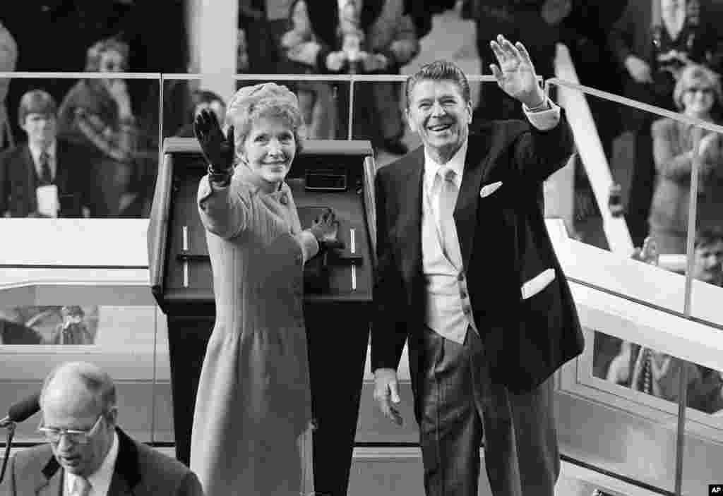 លោក Ronald Reagan និងលោកស្រី Nancy Reagan លើកដៃស្វាគមន៍ទៅកាន់អ្នកចូលរួមក្នុងពិធីស្បថចូលកាន់តំណែងរបស់លោកប្រធានាធិបតី Ronald Reagan នៅរដ្ឋធានីវ៉ាស៊ីនតោន កាលពីថ្ងៃទី២០ ខែមករា ឆ្នាំ១៩៨១។