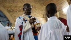 Le Cardinal Laurent Monsengwo Pasinya, Archevêque de Kinshasa, distribue l'eucharistie lors d'une messe catholique en mémoires des victimes des violents affrontements, à Kinshasa, le 21 septembre 2016.
