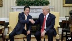 Premijer Japana Šinzo Abe i predsednik SAD Donald Tramp tokom susreta u Beloj kući