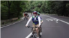 시각장애인을 위한 2인용 자전거...가격표가 없는 파머스마켓
