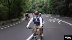 뉴욕시 민간단체 '인탠덤(InTandem)'의 자원봉사자와 시각장애인이 자전거를 타고 있다.