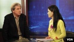 Giám đốc Châu Á của HRW Brad Adams và phóng viên Trà Mi của Đài Tiếng nói Hoa Kỳ.