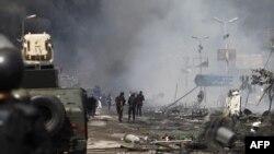 埃及安全部队驱散开罗阿巴•拉达维亚抗议营地的示威人群后站在废墟中间。(2013年8月14日)