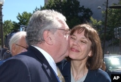 Reporter Judith Miller receives a kiss from attorney Robert Bennett in 2005.