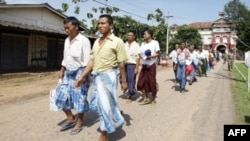Tù nhân được phóng thích rời khỏi trại giam Insein ở Yangon, ngày 12/10/2011