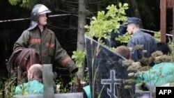 Nhân viên cứu hỏa và cảnh sát tại 1 nghĩa trang gần hiện trường nơi 1 chiếc máy bay chở hàng Antonov An-12 bị rơi, 29/7/2007