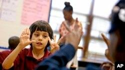 Dalam foto tahun 2013 ini, seorang murid sekolah dasar di Atlanta sedang belajar berhitung dalam sebuah kelas ekstrakulikuler