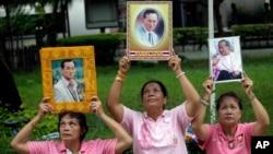 Người dân Thái cầm ảnh của Quốc vương Bhumibol Adulyadej tại bệnh viện Siriraj, nơi nhà vua đang được điều trị, ở Bangkok, Thái Lan, 11/10/2016.