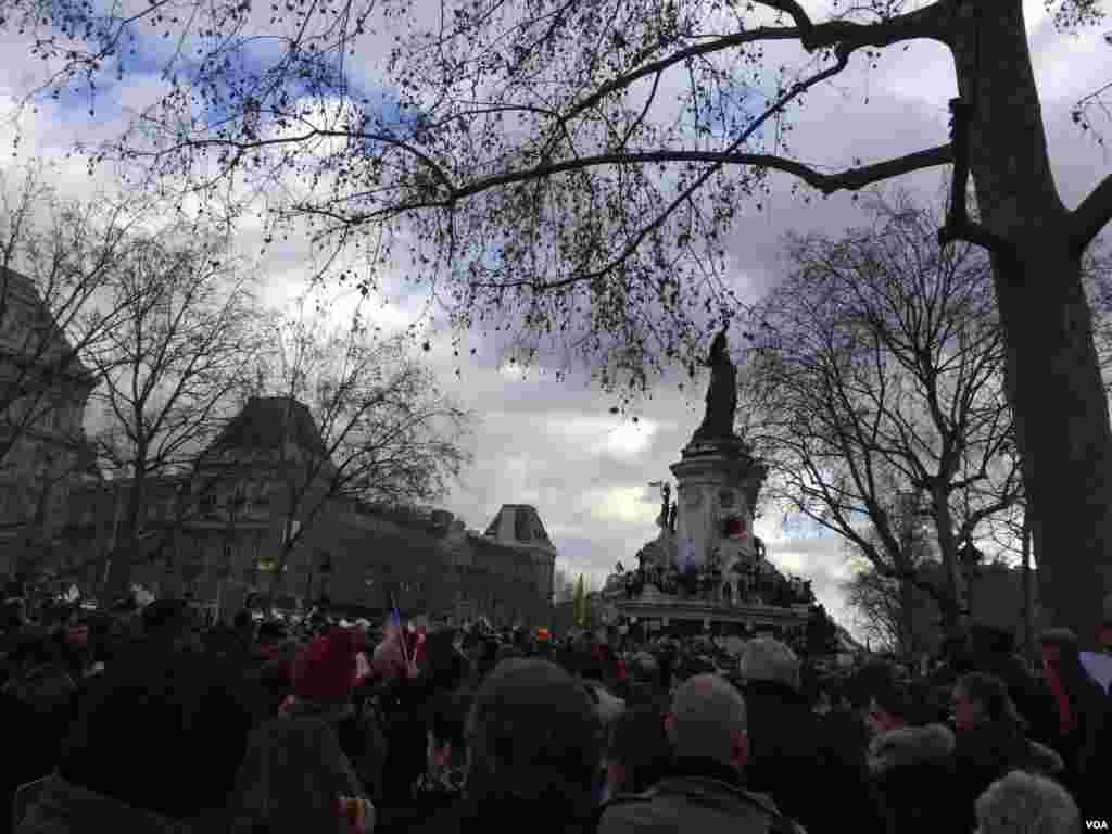 نمايی از شرکت مردم پاريس درراه پيمايی همبستگی ملی-- ۲۱ دی ۱۳۹۳ (۱۱ ژانويه ۲۰۱۵)عکس از محمد حسن مقصودلو، خبرنگار/عکاس بخش فارسی صدای آمريکا در پاريس
