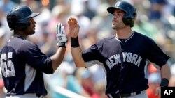 Francisco Cervelli (derecha) y Zoilo Almonte celebran una anotación. Los Yankees son el equipo más valioso de las grandes ligas.