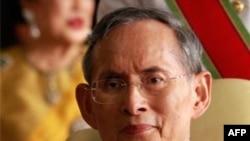 Quốc vương Thái Lan Bhumibol Adulyadej. Theo luật của Thái Lan, những ai phỉ báng hoàng gia sẽ bị phạt tù