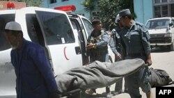 Xác của cảnh sát viên Afghanistan bị thiệt mạng trong các vụ tấn công của Taliban, ngày 22/6/2011