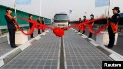 Sebuah kendaraan di jalur panel surya saat peresmian di Jinan, Provinsi Shandong, China, 28 Desember 2017. (Foto: Reuters)