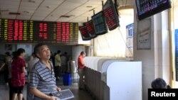 一位投資者在上海股票市場觀看股市9月1日資料照。