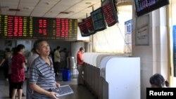 지난 1일 중국 상하이의 증권 거래소. (자료사진)