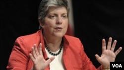 Menteri Keamanan Dalam Negeri Janet Napolitano: AS memantau pembicaraan di dunia maya itu dengan serius.