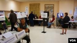 選民們正在紐約曼哈頓中國城的一家投票站內投票。(美國之音方方拍攝)