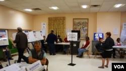 选民们正在纽约曼哈顿中国城的一家投票站内投票。(美国之音方方拍摄)