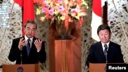 日本外相茂木敏充(右)和中國國務委員兼外交部長王毅在東京舉行會談後出席記者會。(2019年11月25日)