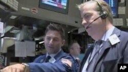 近日美国股市大起大落,惊险犹如过山车。图为华尔街股票市场上的操盘者
