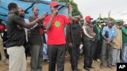 Liberty Chiyaka, ao centro, de camisola encarnada, numa actividade partidária no Huambo (VOA/A. Capalandanda)