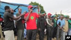 """""""Administradora tem que se ir embora"""" - Liberty Chiyaka Secretário da Unita ( de camisola encarnada) no Huambo"""