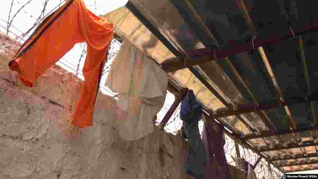 Du linge étendu sur les barbelés du centre de transition des repentis de Diffa, Niger, le 17 avril 2017 (VOA/Nicolas Pinault)