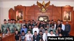 Gubernur Jawa Timur Soekarwo, Wagub Saifullah Yusuf bersama peserta tim Ekspedisi Islam Nusantara di Gedung Negara Grahadi (Foto: VOA/Petrus)